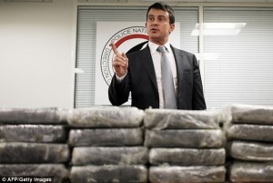 Manuel Valls shows off the cocaine seizure in September 2013